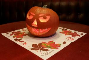 """Halloween, eller Allehelgensaften, er rett rundt hjørnet og helgener og martyrer skal minnes på ulikt vis verden over. Hos oss blir det verken """"knask eller knep"""", kostymer eller skumle priser i helgen; vi nøyer oss med å tenne lykter og ønsker alle våre gjester velkommen inn!"""